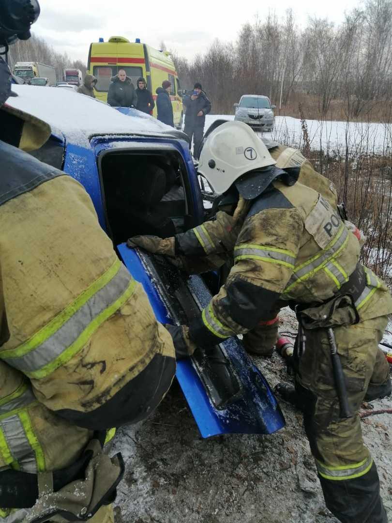 Под Омском столкнулись две легковушки и КамАЗ