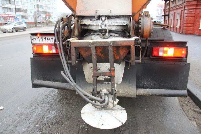 Лёд на дорогах плавят новым реагентом