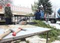 В Омске перед музтеатром монтируют главную городскую елку