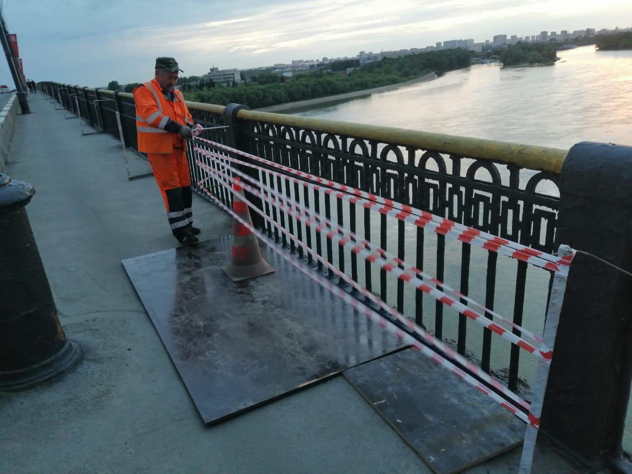 Дорожные рабочие оперативно обезопасили Ленинградский мост