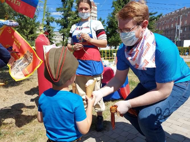 Омичам раздали более 1000 георгиевских лент в честь парада Победы (ФОТО)