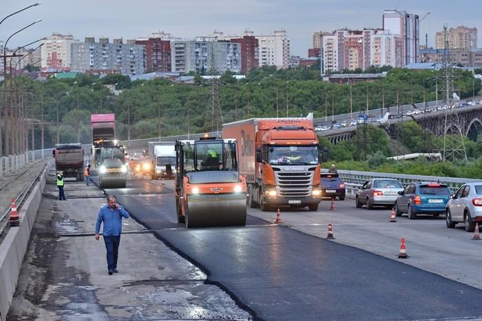 На Октябрьском мосту в Омске начали укладывать асфальт