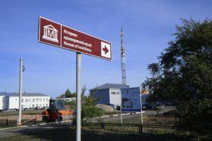 Омский губернатор в Азово зашел в гости к пенсионерке, которая 12 лет жила в контейнере
