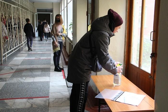 Омские школы продолжают работу в новых условиях (ФОТО)