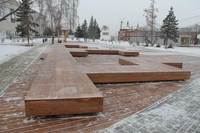 К Новому году на Театральной площади установят дизайнерскую мебель и качели