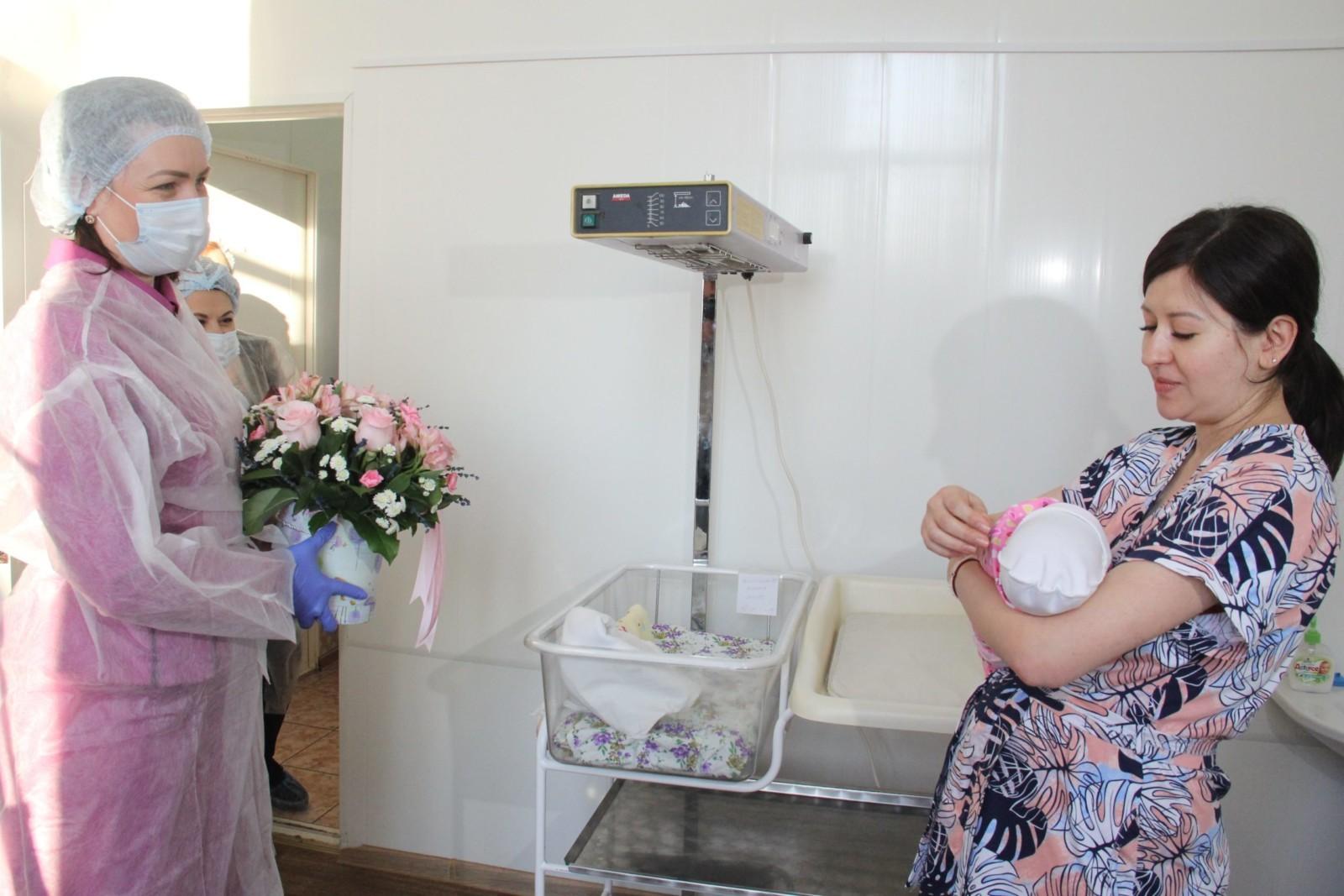 Мэр Омска Оксана Фадина поздравила первых новорожденных 2021 года (ФОТО)