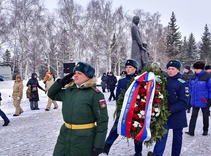 В Омске возложили венки и цветы в память о защитниках Отечества (ФОТО)