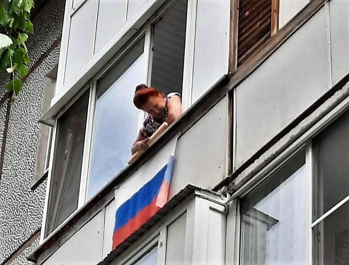 В Омске украшают окна ко Дню России