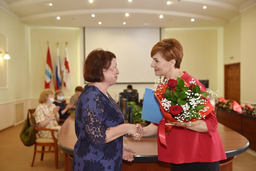 Омских соцработников в мэрии поздравили с профессиональным праздником