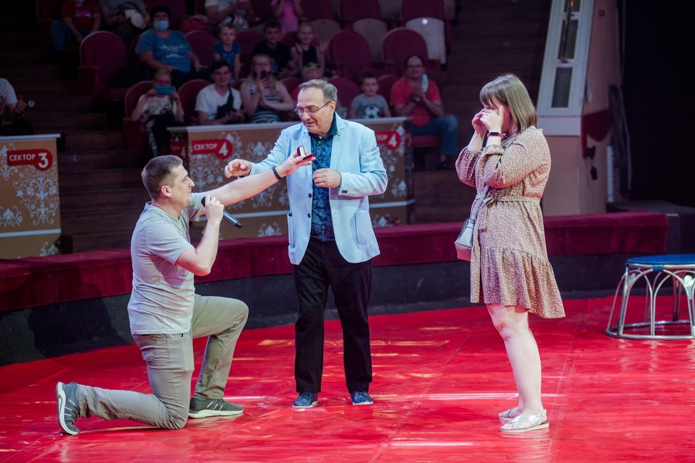 Омич сделал предложение своей девушке на арене цирка (ВИДЕО)
