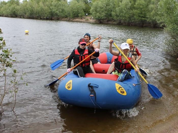 Омские библиотекари соревновались в гонках на надувных лодках