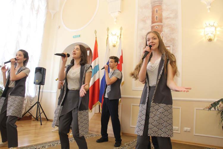 В Омском горсовете торжественно вручили паспорта 30 юным омичам (ФОТО)