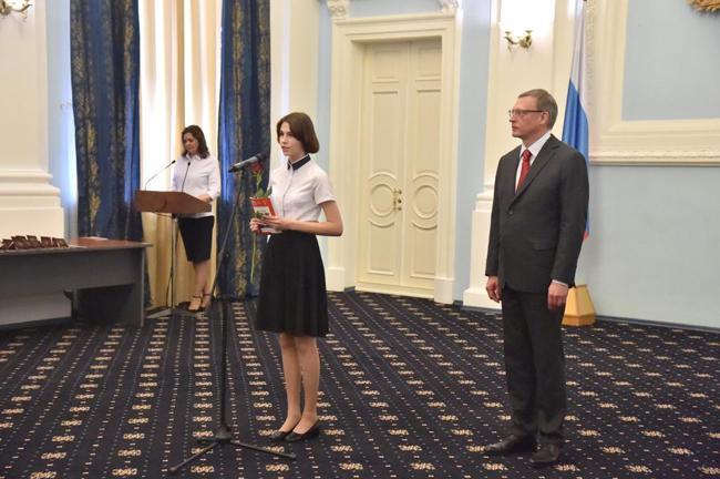 Губернатор Александр Бурков вручил паспорта 14-летним омичам