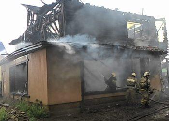 На Левобережье Омска сгорело нежилое здание