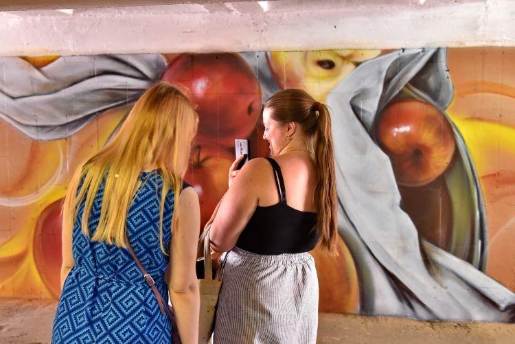Здесь будут яблони цвести: омичи превратили подземный переход у краеведческого музея в цветущий сад (ФОТО)