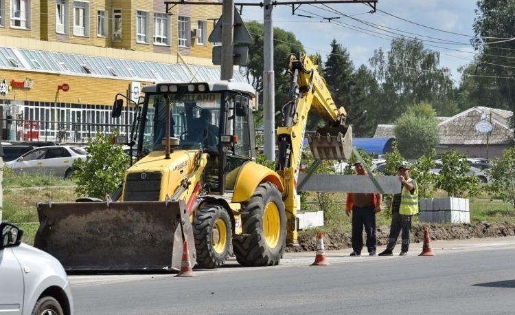 В Омске приводят в порядок дороги, ремонт которых планировали закончить в 2022-м (ФОТО)