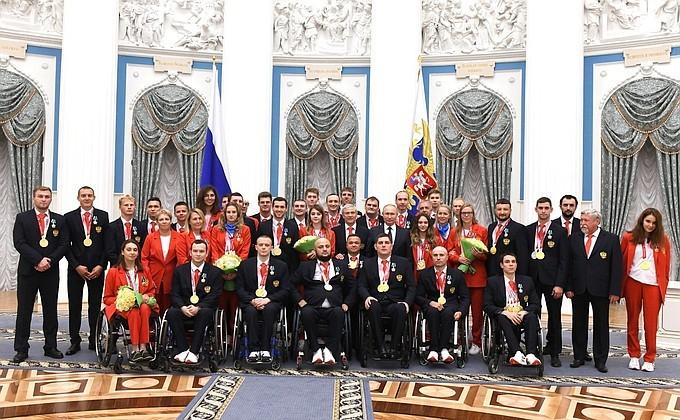 Владимир Путин вручил омскому паралимпийцу Александру Кузякову  орден Дружбы