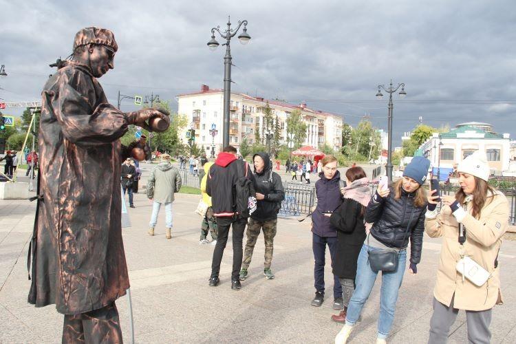 """С """"огоньком"""" и Достоевским: фоторепортаж о Дне города из центра Омска"""