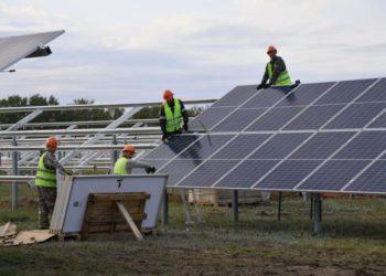 Бурков осмотрел строительство второй в Омской области солнечной электростанции